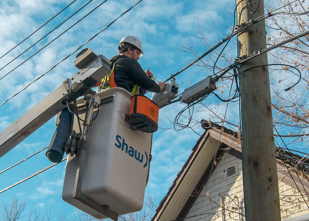 photo of Shaw technician repairing cable